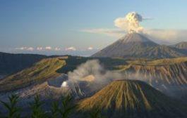 Вулкан на Бали снова выбрасывает пепел