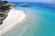 Туристы выносят драгоценный песок пляжа Сардинии на своих полотенцах