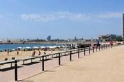 Пляжи Барселоны освободят от лишних шезлонгов и зонтов