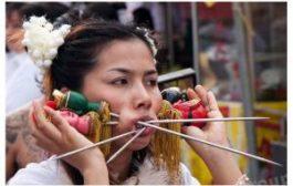 В Таиланде Ма Соны снова проткнут себя ножами и бамбуковыми палочками